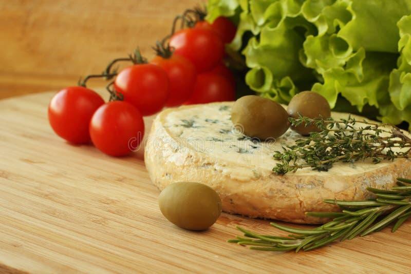 Composición del queso y de las aceitunas imagen de archivo
