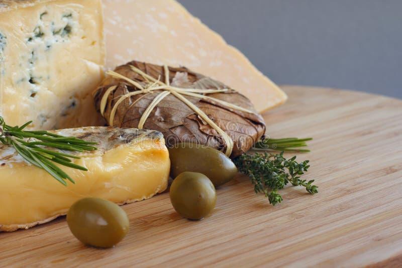 Composición del queso y de las aceitunas imagen de archivo libre de regalías