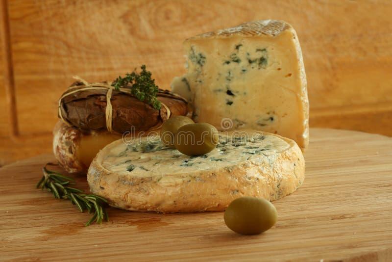 Composición del queso y de las aceitunas fotos de archivo