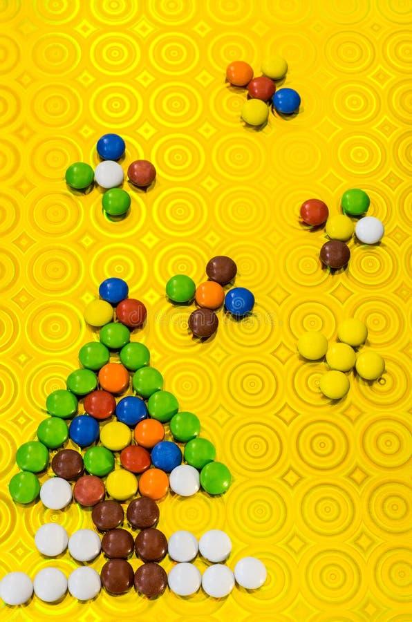 Composición del ` s del Año Nuevo de los dulces multicolores Árbol del Año Nuevo de píldoras del ` un s del niño imagenes de archivo