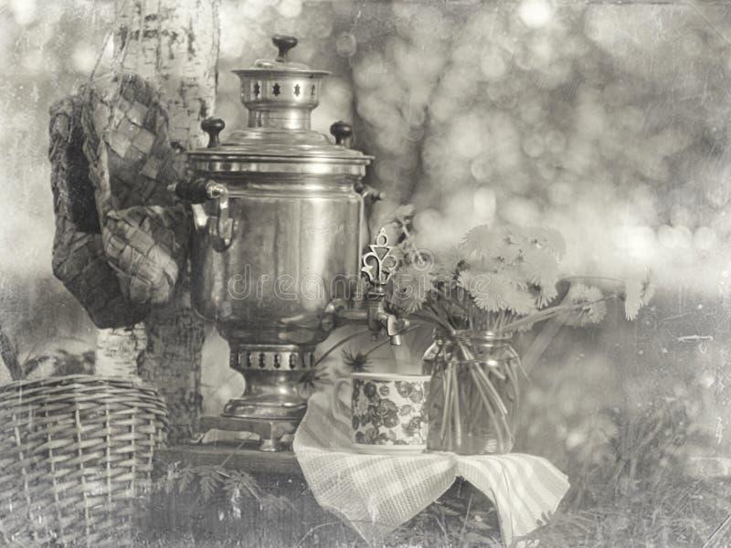 Composición del samovar con las flores foto de archivo libre de regalías