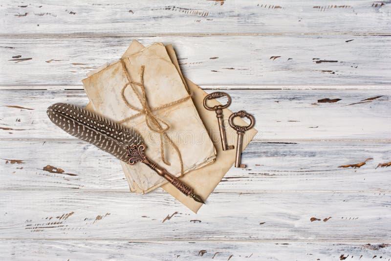 Composición del vintage con el manojo de letras y de pluma de canilla viejas imágenes de archivo libres de regalías