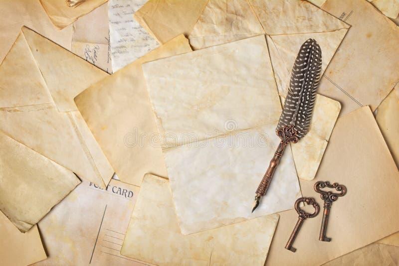 Composición del vintage con el manojo de letras y de pluma de canilla viejas imagenes de archivo