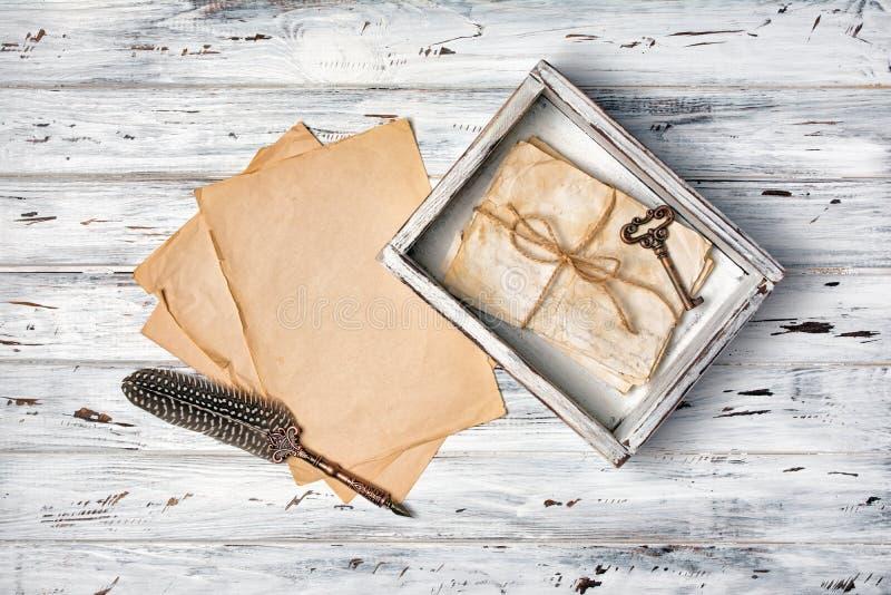 Composición del vintage con el manojo de old?letters y de pluma de canilla en caja de madera imagen de archivo libre de regalías