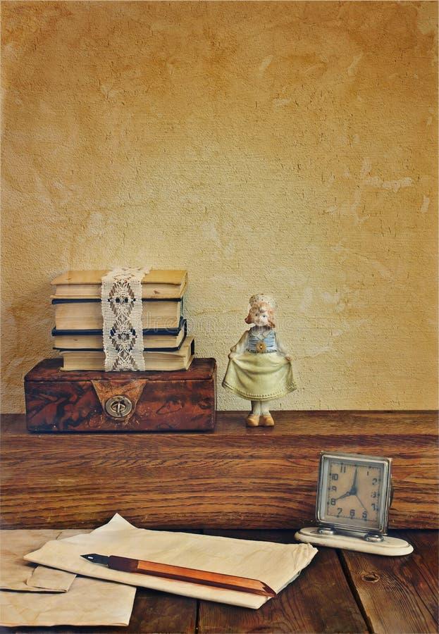 Composición del vintage con la muñeca de la porcelana. imágenes de archivo libres de regalías