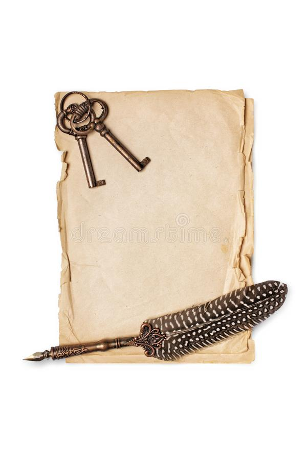 Composición del vintage de las hojas de papel con la pluma de canilla y llaves retras imágenes de archivo libres de regalías