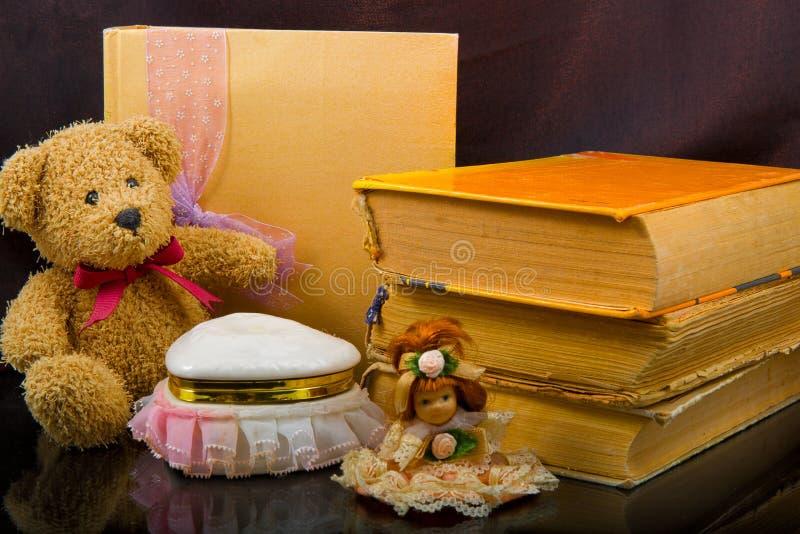 Composición del vintage de los libros viejos, osos de peluche, muñecas imágenes de archivo libres de regalías