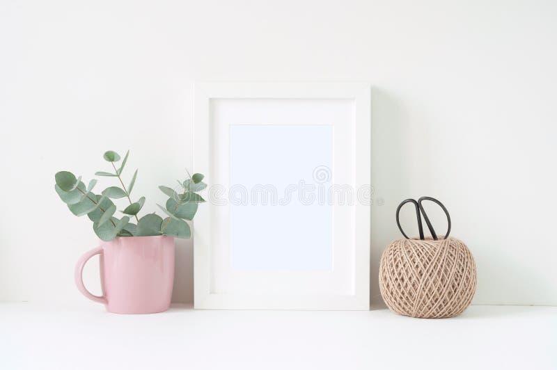 Composición diseñada con el marco blanco y ranunculos rosados imágenes de archivo libres de regalías