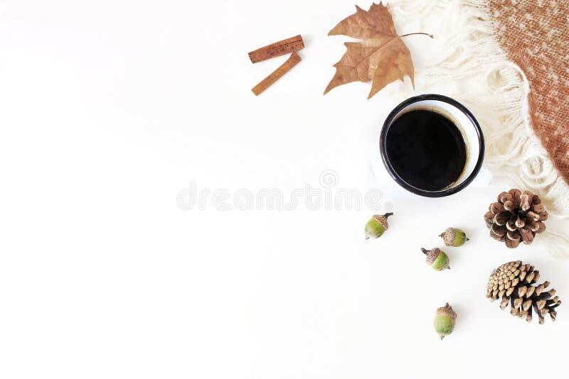 Composición diseñada femenina de la caída La escena del desayuno con la taza del esmalte, café, secó la hoja, el canela y la tela imagenes de archivo