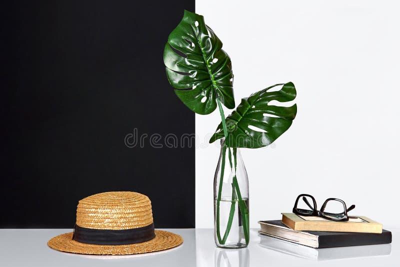 composición El verde se va en botella con un libro y una libreta para las notas en el fondo blanco y negro Vista delantera, copia foto de archivo libre de regalías