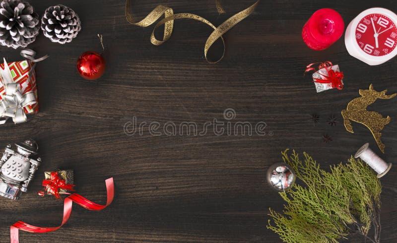 Composición elegante de la Navidad ramas del abeto, regalo de la Navidad y decoraciones en fondo de madera fotografía de archivo