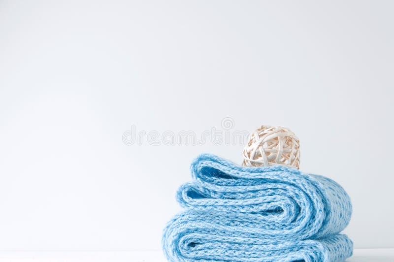 Composición elegante mínima con la bola azul de la bufanda y de la rota foto de archivo libre de regalías