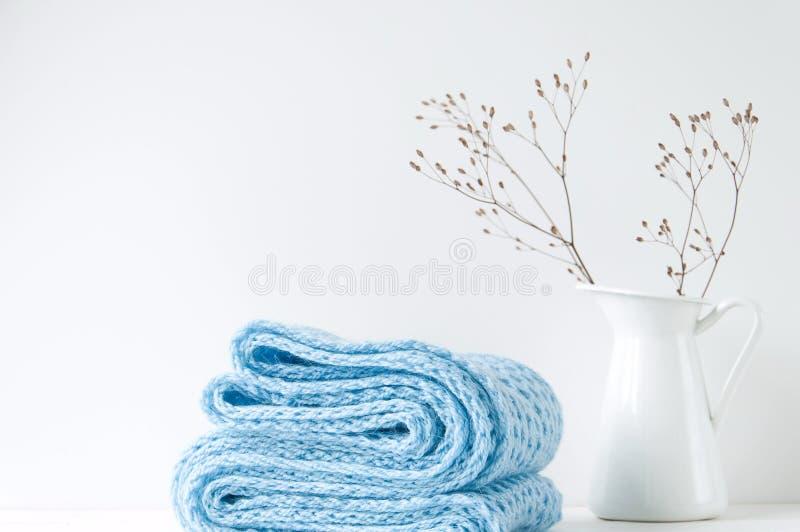 Composición elegante mínima con la bufanda azul y el florero blanco fotos de archivo libres de regalías
