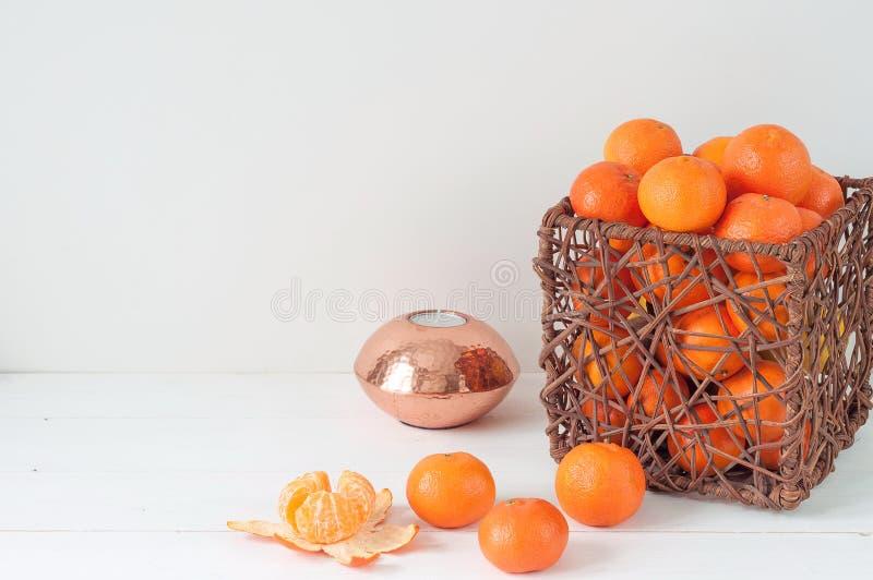 Composición elegante mínima con las mandarinas y el florero imágenes de archivo libres de regalías