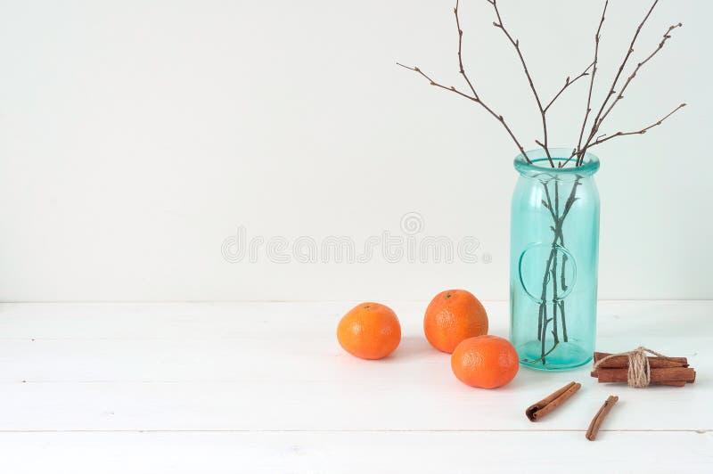Composición elegante mínima con las mandarinas y el florero fotografía de archivo libre de regalías