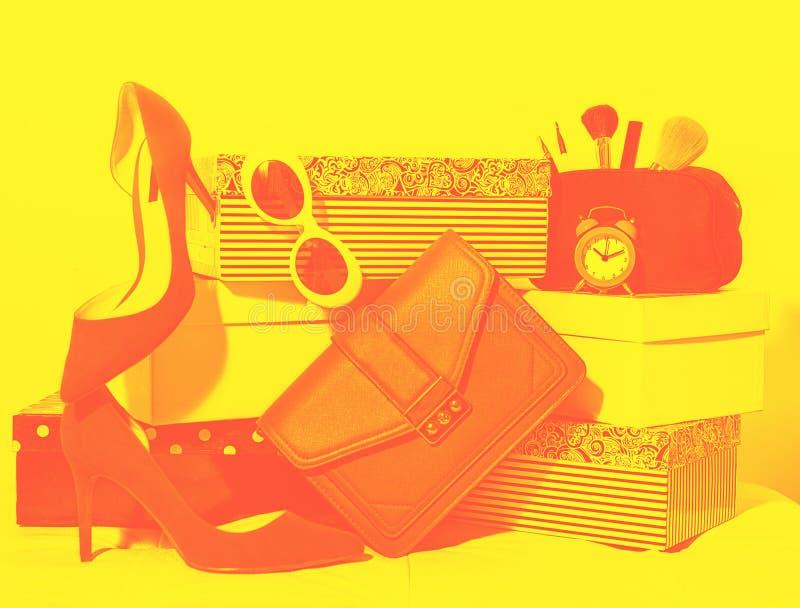 Composición femenina del equipo de la visión superior: zapatos de los accesorios, embrague del bolso, gafas de sol, maquillaje de fotos de archivo libres de regalías