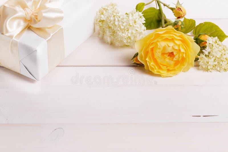 Composición festiva de la flor en el fondo de madera blanco Overh fotografía de archivo