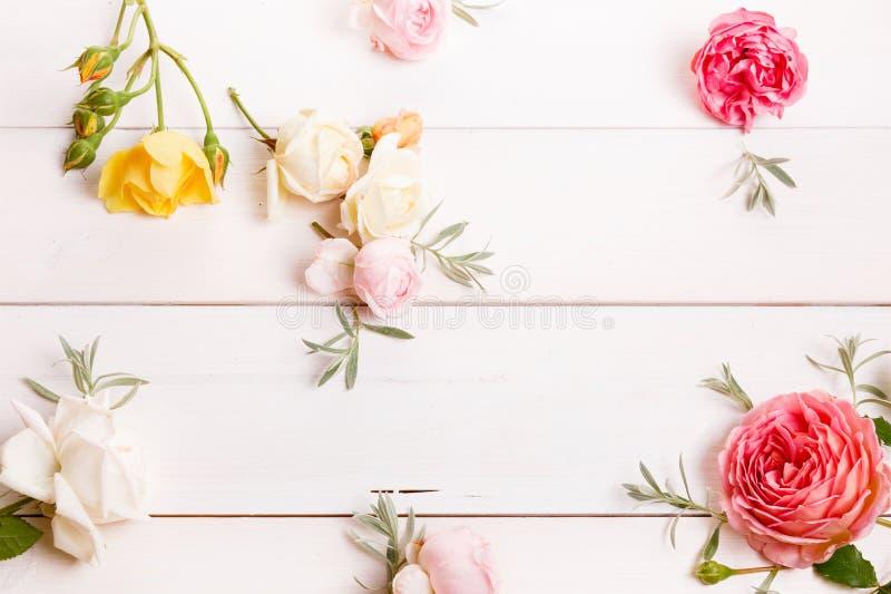 Composición festiva de la flor en el fondo de madera blanco Overh fotografía de archivo libre de regalías