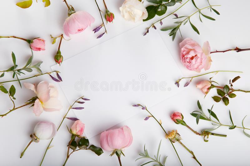 Composición festiva de la flor en el fondo de madera blanco Visión de arriba foto de archivo