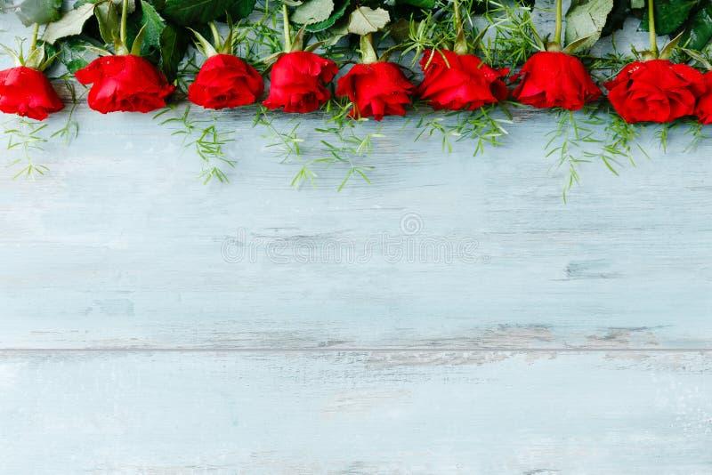 Composición festiva de la flor en fondo de madera azul Visión de arriba imagen de archivo