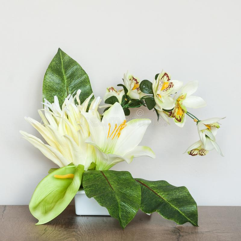 Composición floral artística con las flores artificiales imagen de archivo libre de regalías