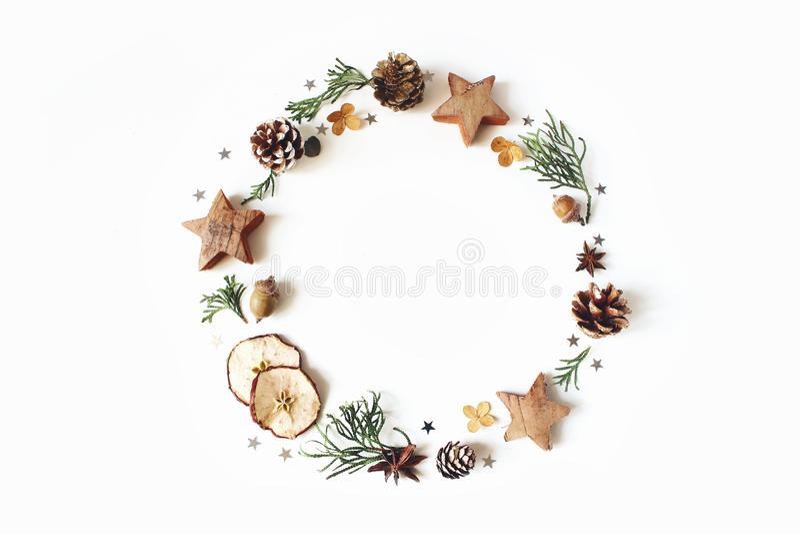 Composición floral del círculo de la Navidad Guirnalda de las ramas del ciprés, conos del pino, anís, estrellas del confeti, manz fotografía de archivo