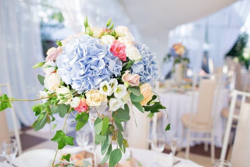 Composición floral fresca en la tabla del día de fiesta Evento maravillosamente organizado - tablas de banquete servidas listas p fotografía de archivo