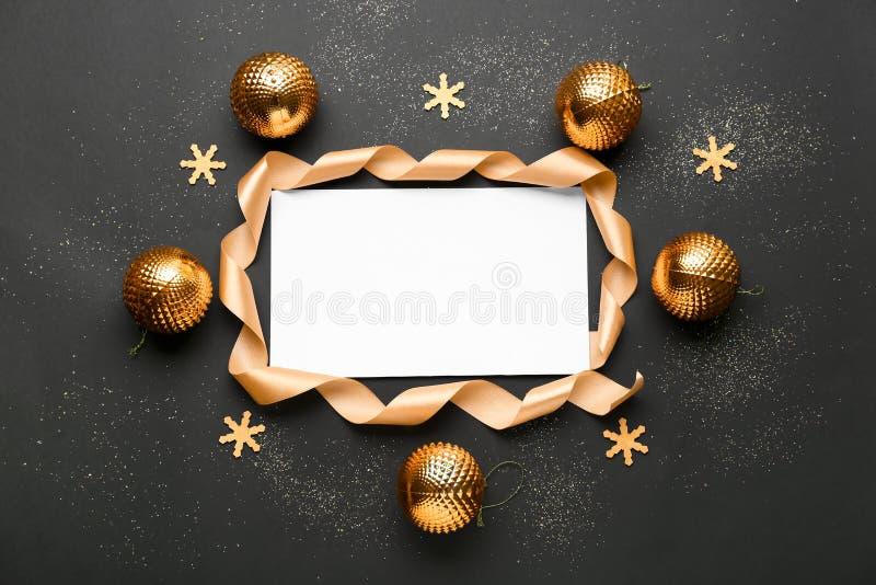 Composición hermosa con la decoración de la Navidad en fondo negro fotografía de archivo