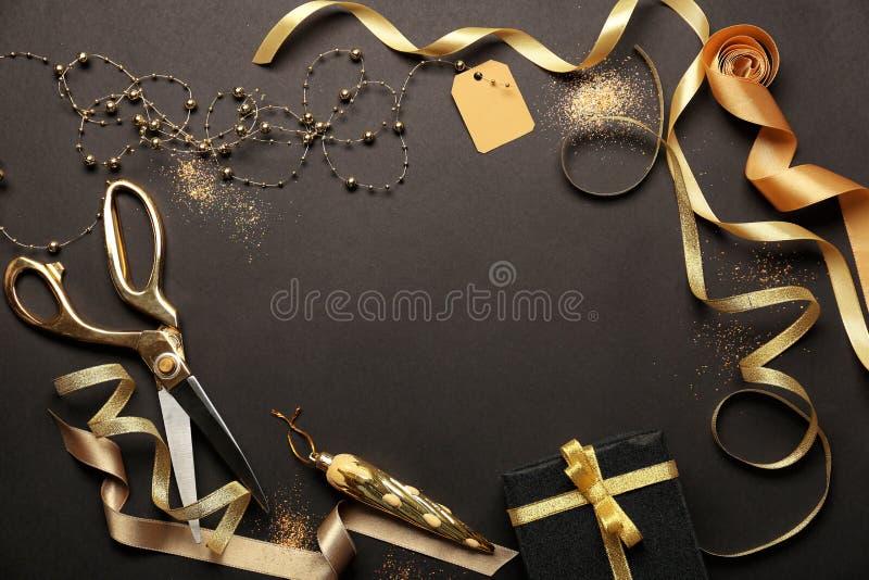 Composición hermosa con la decoración de la Navidad en fondo negro fotos de archivo