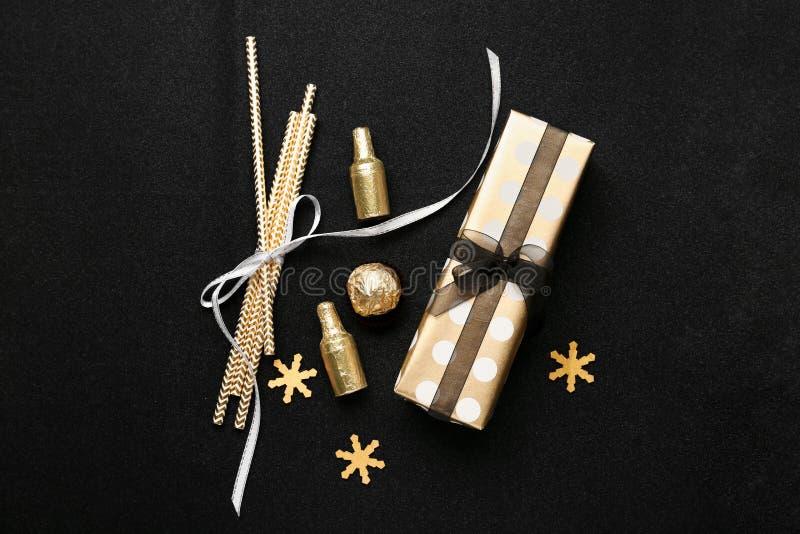 Composición hermosa con la decoración de la Navidad en fondo negro fotos de archivo libres de regalías