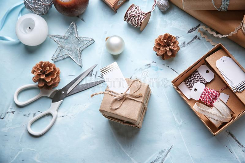 Composición hermosa con las decoraciones de la Navidad en la tabla ligera imagenes de archivo