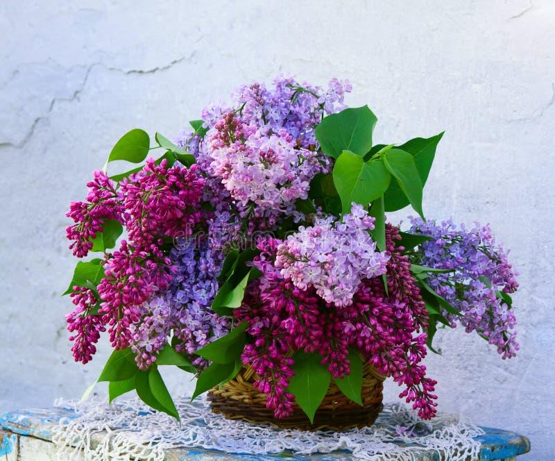Composición hermosa de flores en cesta imagen de archivo libre de regalías