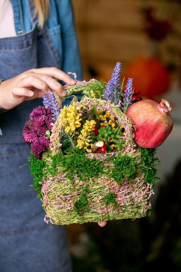 Composición hermosa de flores en manos del florista imagen de archivo