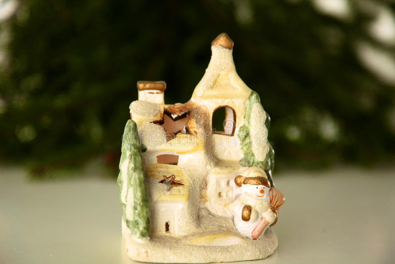 Composición hermosa de la Navidad con la pequeña casa del pájaro foto de archivo libre de regalías