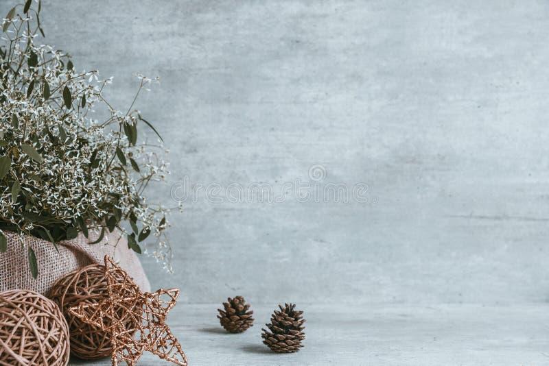 Composición hermosa de la Navidad, conos del pino, chucherías, estrella en el wo imágenes de archivo libres de regalías