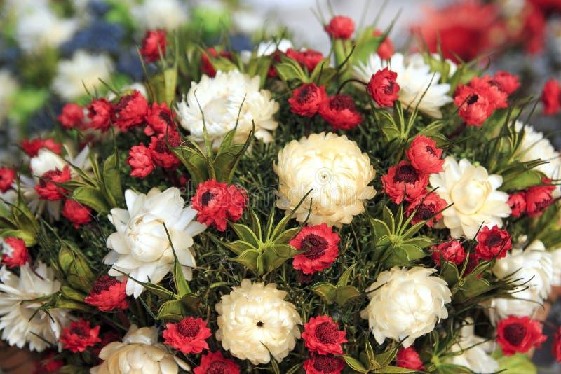 Composición hermosa de las flores secadas del prado con las hojas, fondo floral del ramo del otoño imagenes de archivo