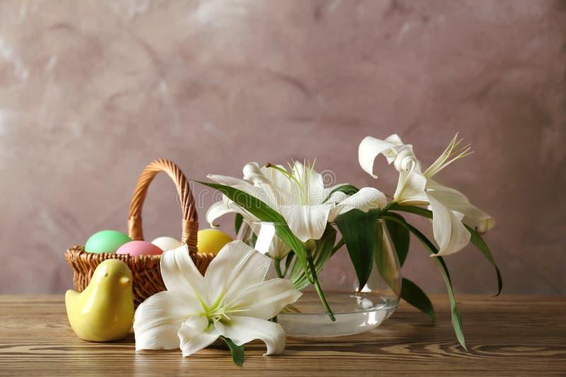 Composición hermosa de Pascua con los lirios y los huevos fotos de archivo
