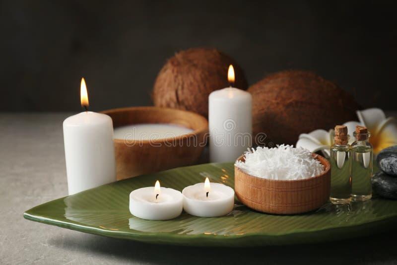 Composición hermosa del balneario con cuidado del cuerpo del coco imagenes de archivo