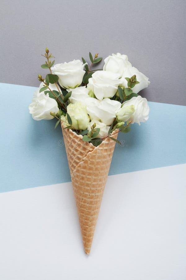 Composición mínima con el helado creativo de flores hermosas en la visión superior de papel en colores pastel Endecha plana foto de archivo