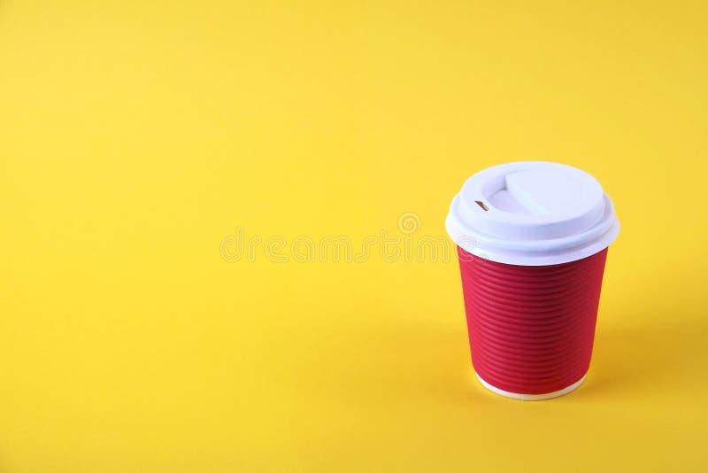 Composición mínima simplista colorida con la taza de café del papel de prueba de calor Saque la taza del té con el casquillo plás imágenes de archivo libres de regalías