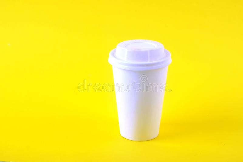 Composición mínima simplista colorida con la taza de café del papel de prueba de calor Saque la taza del té con el casquillo plás fotografía de archivo
