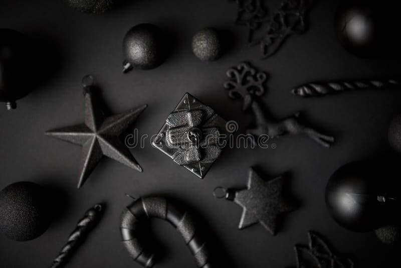 Composición minimalistic y simple de la Navidad en color del negro de la estera imágenes de archivo libres de regalías