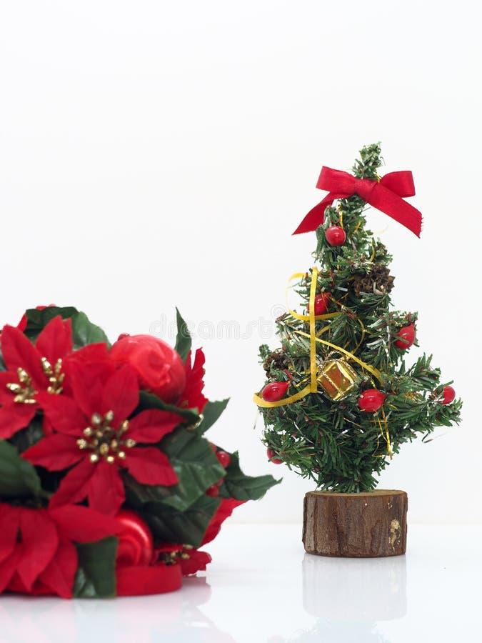 Composición navideña, flores y árboles de Navidad imagenes de archivo
