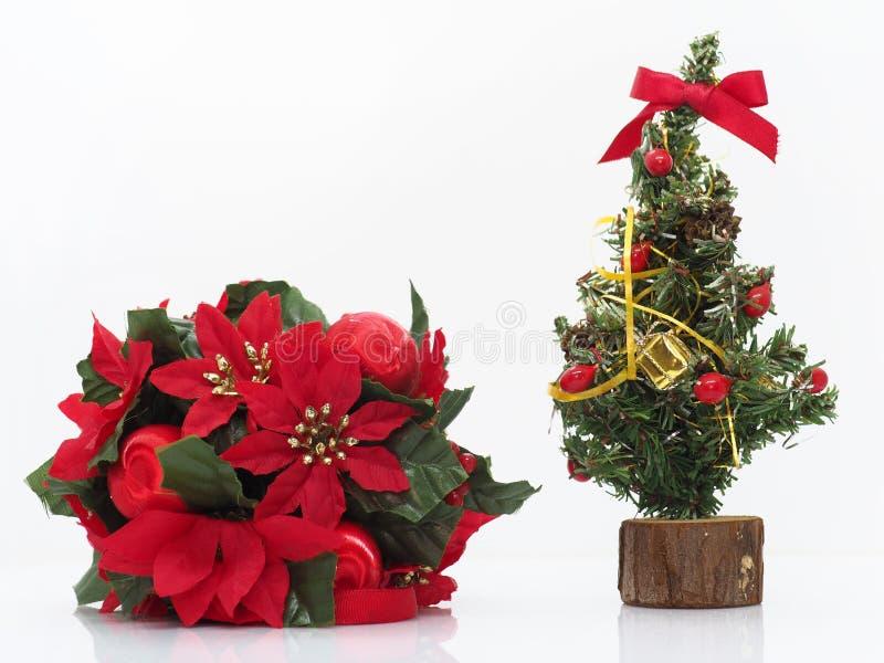 Composición navideña, flores y un pequeño árbol de Navidad foto de archivo libre de regalías