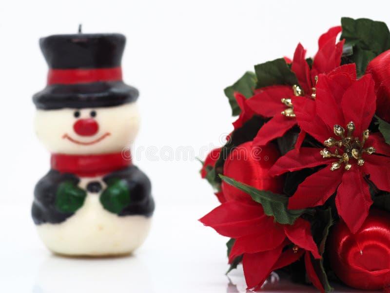 Composición navideña, flores y un pequeño muñeco de nieve foto de archivo