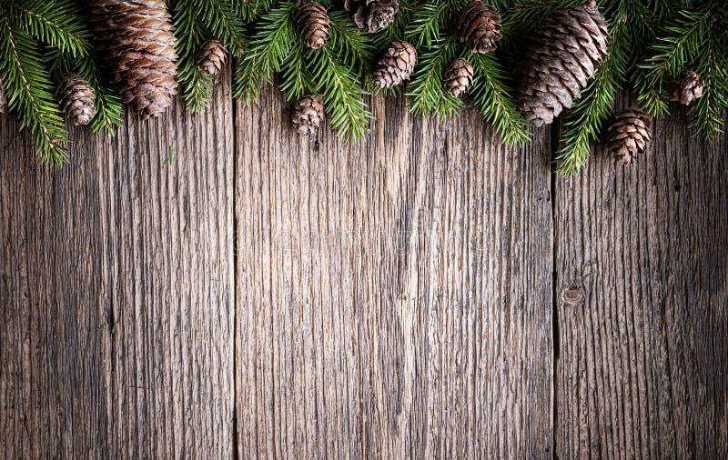 Composición navideña hecha de ramas de abeto, varios conos sobre fondo rústico de madera añeja imagenes de archivo