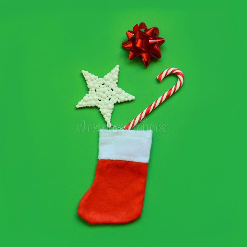 Composición navideña Marco hecho de chispas de Navidad, regalos, bastón de caramelo, estrella sobre fondo verde fotografía de archivo libre de regalías