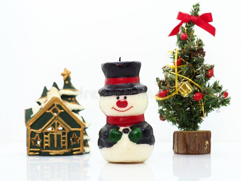 Composición navideña, muñeco de nieve, casa y árbol de Navidad fotos de archivo