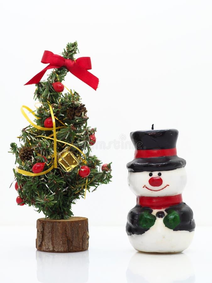 Composición navideña, muñeco de nieve y árbol de Navidad imagenes de archivo