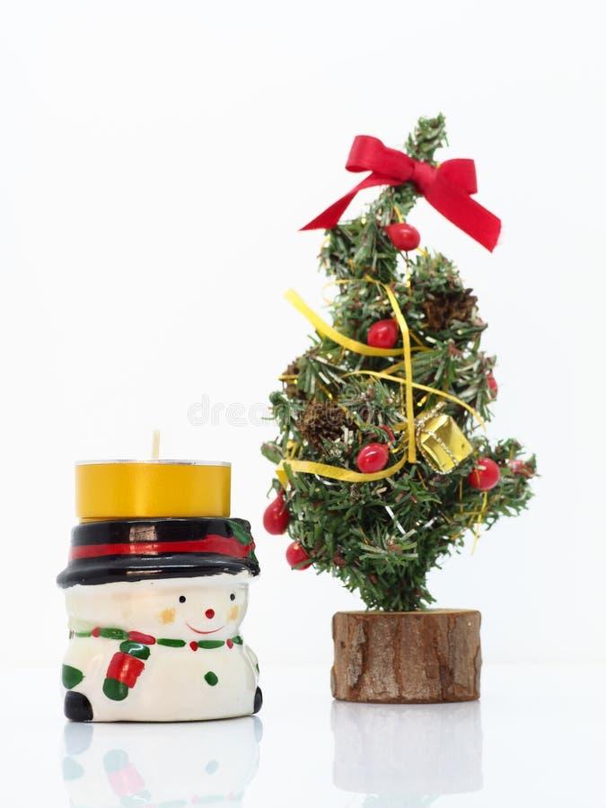 Composición navideña, muñeco de nieve y un pequeño árbol de Navidad foto de archivo libre de regalías
